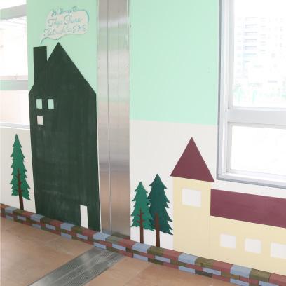 暗い印象だった玄関を、『玄関プロジェクト』の子どもとスタッフが中心となり、2018年3月に完成。明るくホッとする玄関になるよう考えました。大きな家は黒板のように、チョークを使って書く事が出来ます。