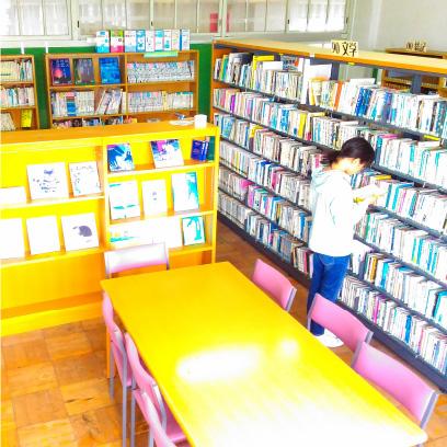 でこぼこルームにあるマンガ本はここで借りることができます。年一回リクエストを募集して子どもに人気の書籍を置いています。図書委員会もあります。