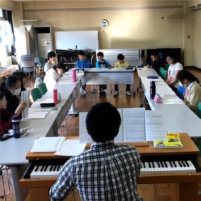 音楽室のとなりに準備室があり、ギター、ベースの弦楽器やトランペットサックスなどの管楽器、ドラムセットが置いてあります。それ活のアンサンブル部、合唱部、バンドはここで練習します。