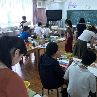 子どもの作品が沢山飾られている美術室。UVライトがあるのでレジン作りもできます。