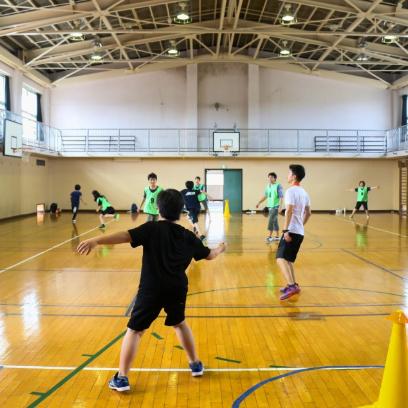 昼休みやそれ活の時間には数人が集まって、バスケットやバドミントン、ドッヂボールなどやりたいスポーツを楽しんでいます。