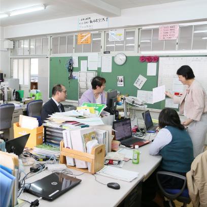 いわゆる職員室です。ここは子どもの出入りが自由で、スタッフとおしゃべりをしたり、お昼ご飯を食べたりする子もいます。