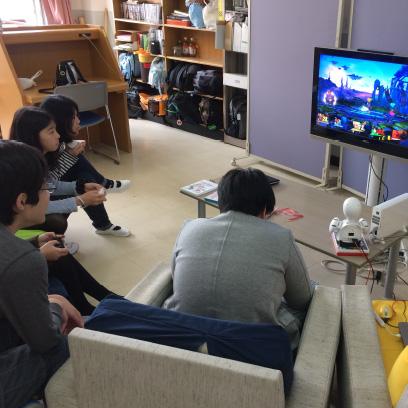 ホームスクールの子ども達がこの部屋で過ごします。担当のスタッフが出迎えてくれます。週1回は企画を立てて体験活動をしたり、みんなでおしゃべりしたり、TVゲームをすることもあります。
